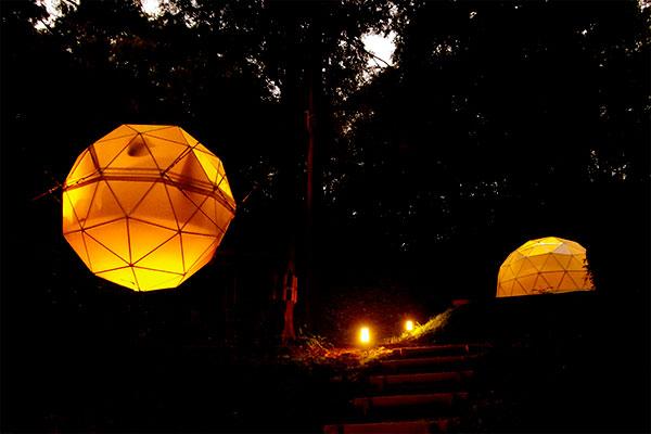 球体テント:ライトアップで幻想的な空間に